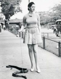 1930: Diva Zorita pelje svojega hišnega ljubljenčka na sprehod.