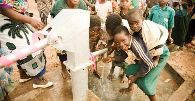 Vodnjaki so danes rešili več kot 300.000 ljudi.