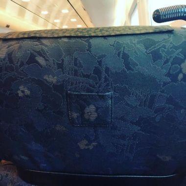 Žepek na sedežu, namenjen shranjevanju vozovnic. Sprevodnik zgolj pogleda vozovnico, ne da bi vas zbujal, če spite.