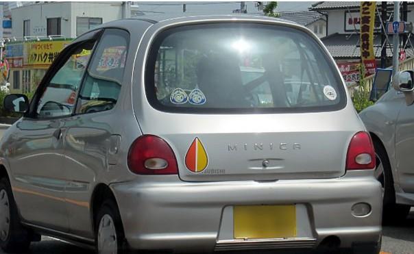 Avtomobil starejših voznikov je označen z rumeno in rdečo barvo.