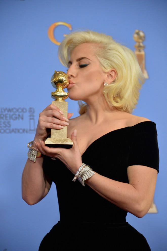 Prejme zlati globus, ker ni zgolj dobra pevka, temveč tudi igralka.