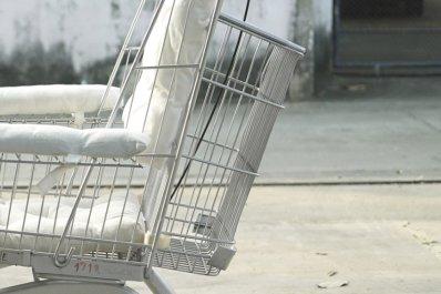 Invalidski voziček, izdelan iz nakupovalnega vozička