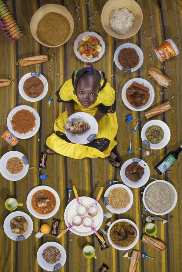Sira Cissokho je stara 8 let in prihaja iz Dakarja. Doma nimajo vedno dovolj hrane. Za posebne priložnosti njena mami naredi njeno najljubšo jed. Če bi imela dovolj denarja, bi svojim staršem podarila potovanje v Meko.