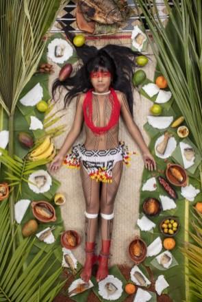 9 letna Kawakanih živi v klanu Yawalapiti v brazilskem pragozdu . Njen materni jezik je Arawaki, ki ga govori zgolj 7 ljudi na svetu. Vsakih nekaj mesecev potuje Kawakanih v Kanado, kjer se v šoli uči uporabe računalnika.
