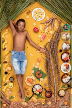 Ademilson Francisco Dos Santos je star 11 let in živi v odročni vasi v Braziliji, ki je več kot 200 km oddaljena od civilizacije. Nimajo televizije, elektrike in tekoče vode. Nekoč je poskusil hotdog, vendar mu ni bil niti malo všeč.