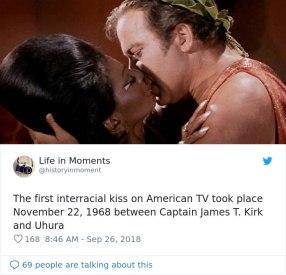 Do prvega medrasnega poljuba na ameriški televiziji je prišlo 22. novembra 1968. Poljubila sta se James T. Kirk in Uhura iz Zvezdnih stez.