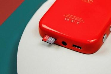 Glasbo bo predvajalnik prebral s spominske kartice microSD.