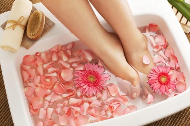 Domača kopel za noge bo poskrbela, da bodo stopala sanjsko mehka in lepa!