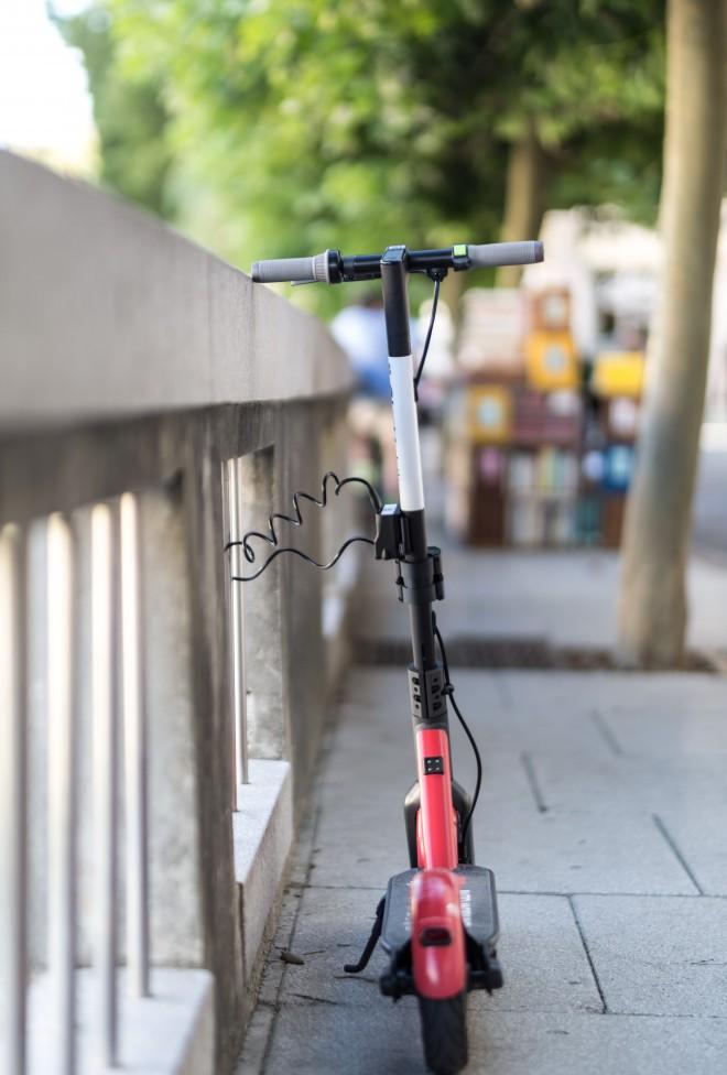 Po uporabi se e-skiro zaklene na mestu, kjer se uporaba skiroja zaključi. (Foto: GiroMobility)