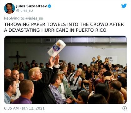 Metanje papirnatih briskačk v množico po uničujočem hurikanu v Puerto Ricu