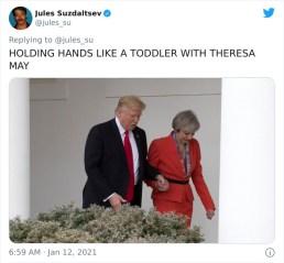 Ko je britansko premierko Thereso May držal za roke kot kakšen malček
