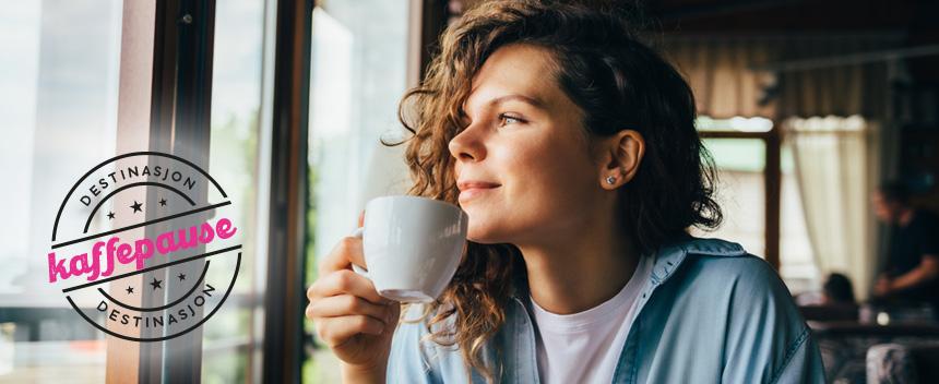 Dame på cafe