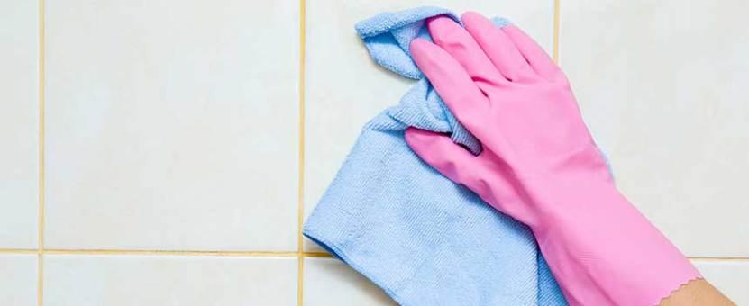 rosa hanske vasker vegg, vaske flisene