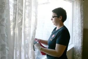 Servicemedarbeider vasker vindu
