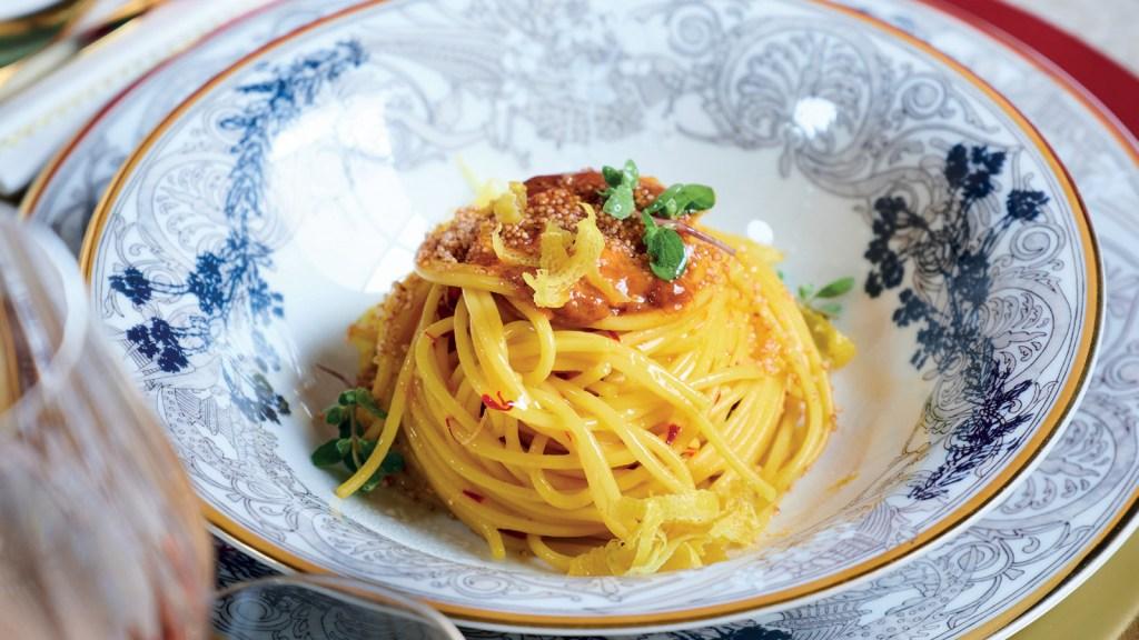 spaghetto-allo-zafferano,-ricci-di-mare,-quinoa-croccante