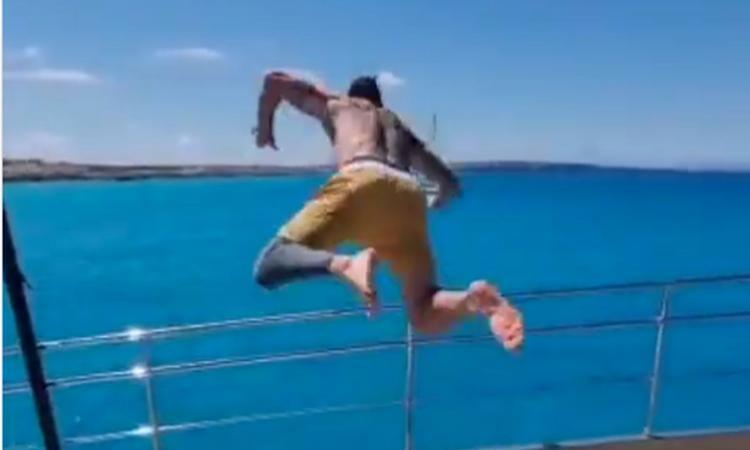 ibra,-l'operazione-e-un-ricordo:-che-tuffo-dalla-barca!-'volo'-video