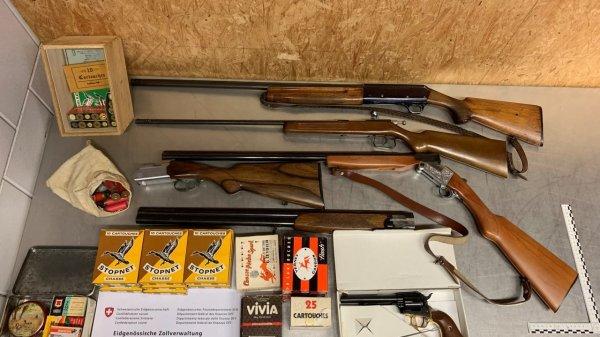 in-dogana-con-armi,-munizioni-e-pure-una-moto-d'epoca-(non-dichiarata)