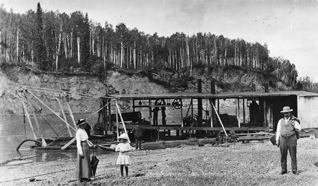 Gold Dredge on North Saskatchewan River, 1902. Photographed by Frank Cowles. Image courtesy of City of Edmonton Archives EA-10-1741.