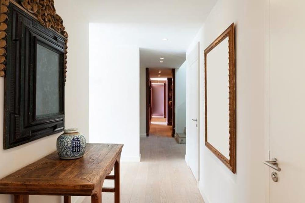 Il soggiorno infatti oltre ad essere stretto e lungo, presenta tre finestre e tre passaggi interni. Corridoio Stretto E Lungo Come Arredarlo Nel Migliore Dei Modi
