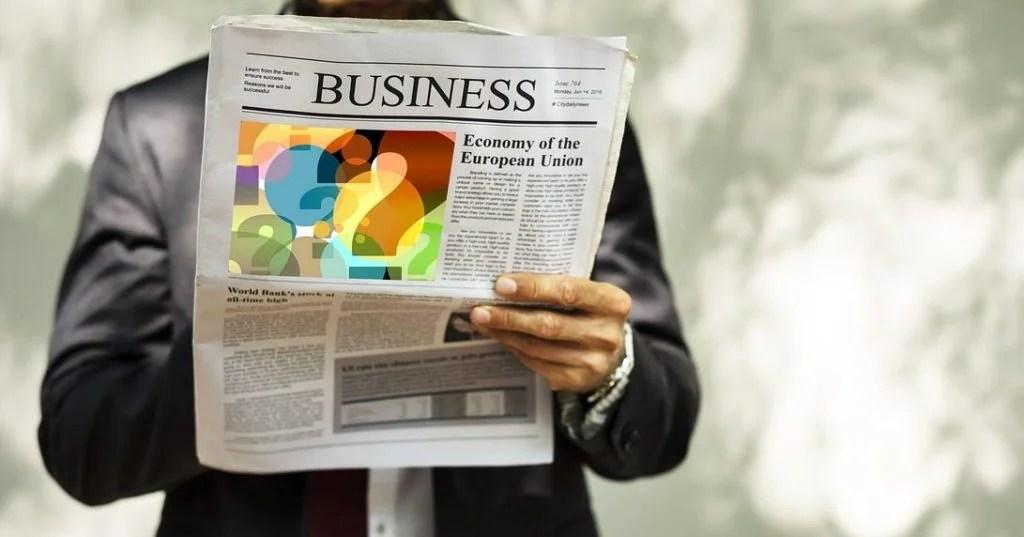 ビジネス新聞を読む男性