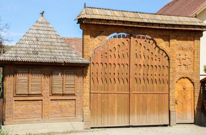 Transylvanian Backcountry - Niraj Valley Highlights - Carved Wooden Gates