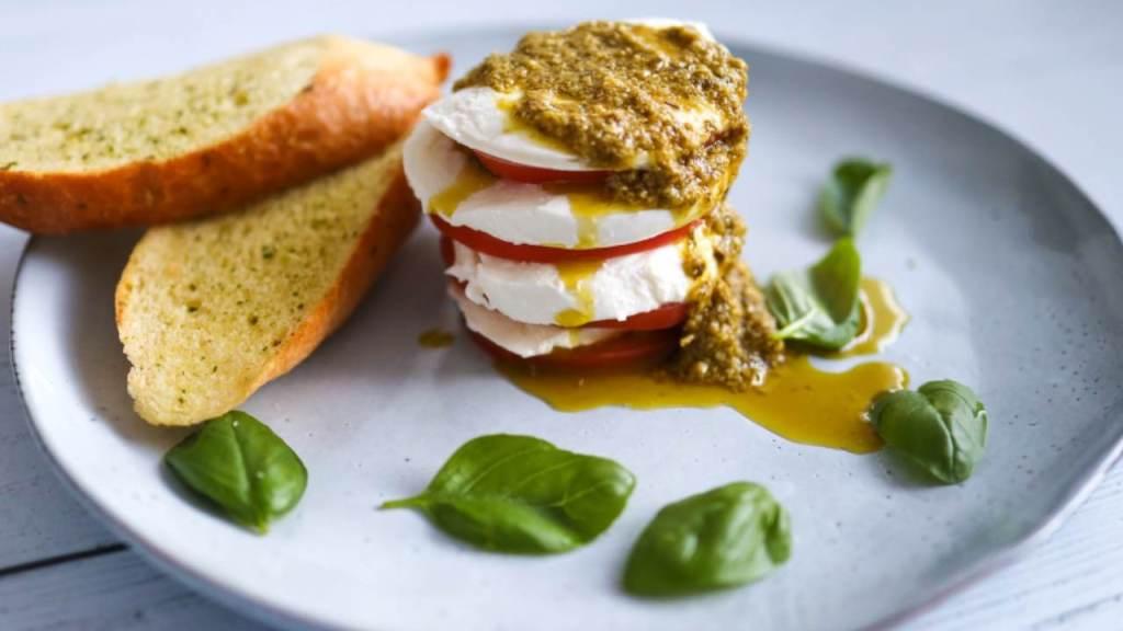 tortino-caprese-con-pomodori-freschi-e-pesto-genovese-|-il-gusto-italiano-in-tavola