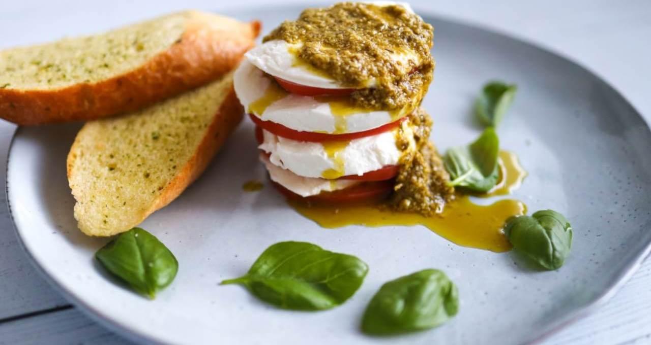 tortino-caprese-con-pomodori-freschi-e-pesto-genovese- -il-gusto-italiano-in-tavola