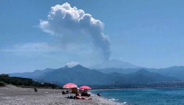 sicilia,-che-spettacolo!-le-bellissime-foto-dell'etna-in-eruzione-viste-dalla-riviera-di-milazzo