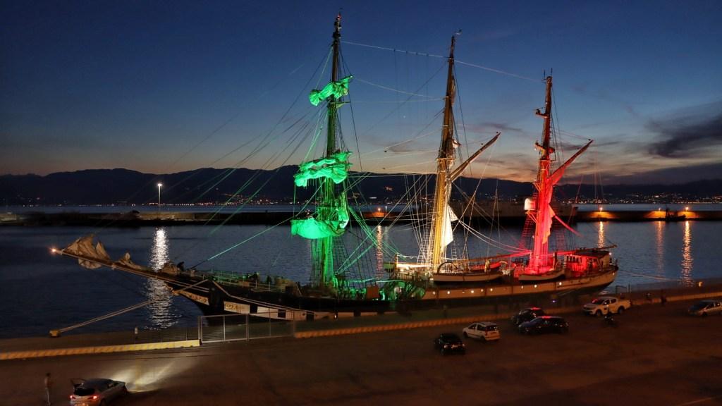 reggio-calabria,-lo-spettacolo-tricolore-della-nave-scuola-palinuro-al-porto:-l'ammaina-bandiera-solenne-al-tramonto-–-foto-e-video