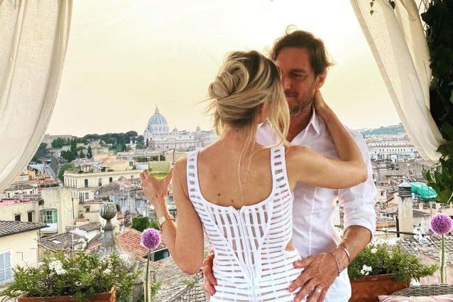 l'anniversario-di-ilary-blasi-e-francesco-totti,-le-foto-della-cena-romantica-per-i-16-anni-insieme