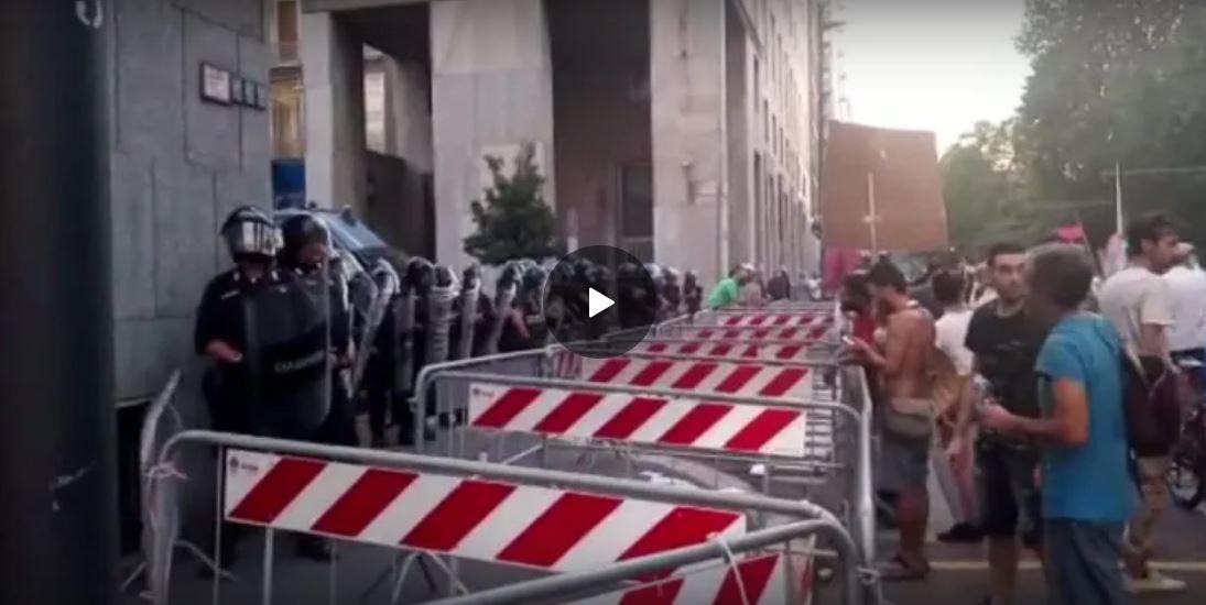 green-pass,-milano-14-agosto-2021:-polizia-schierata-sotto-la-sede-rai-davanti-ad-una-folla-di-manifestanti-contro-il-green-pass