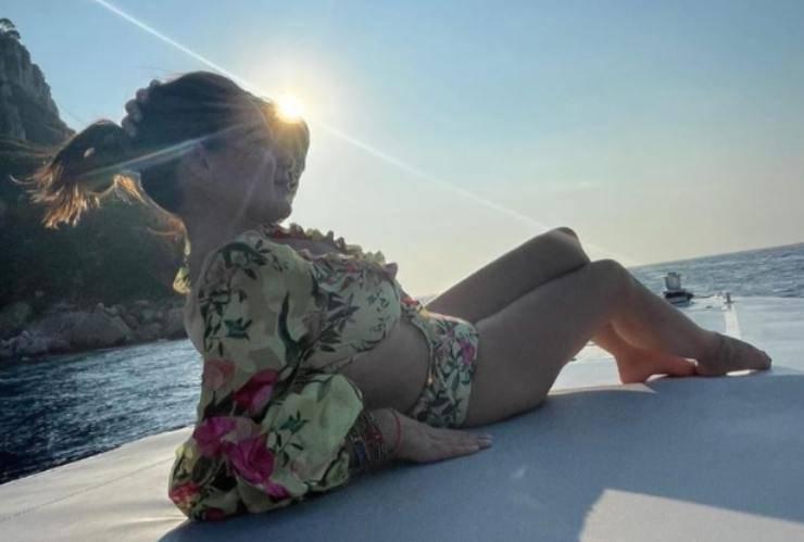 ama-viaggiare-in-barca-e-gli-abiti-colorati:-avete-mai-visto-la-moglie-del-famoso-campione?