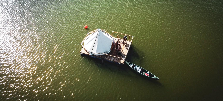 in-belgio-c'e-un-campeggio-in-mezzo-al-lago