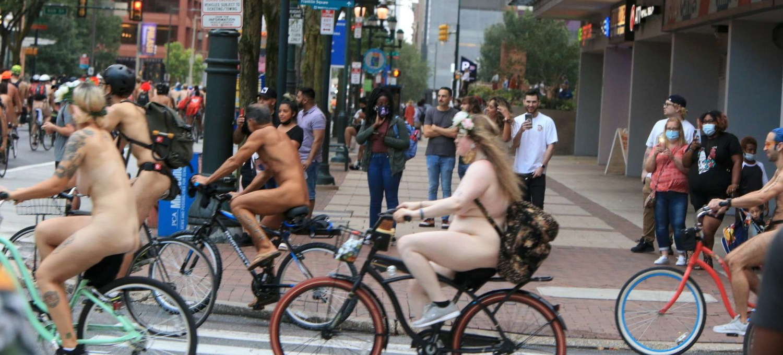 a-philadelphia-lanaked-bike-race:-tutti-nudi-in-bicicletta-(ma-con-la-mascherina)