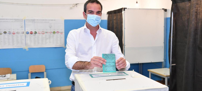 """elezioni-regionali-in-calabria,-roberto-occhiuto-vota-a-cosenza:-""""oggi-anche-il-primo-voto-di-mia-figlia""""-[gallery]"""