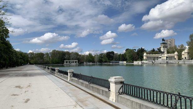 Foto del estanque en el Parque del Retiro de la ciudad de Madrid