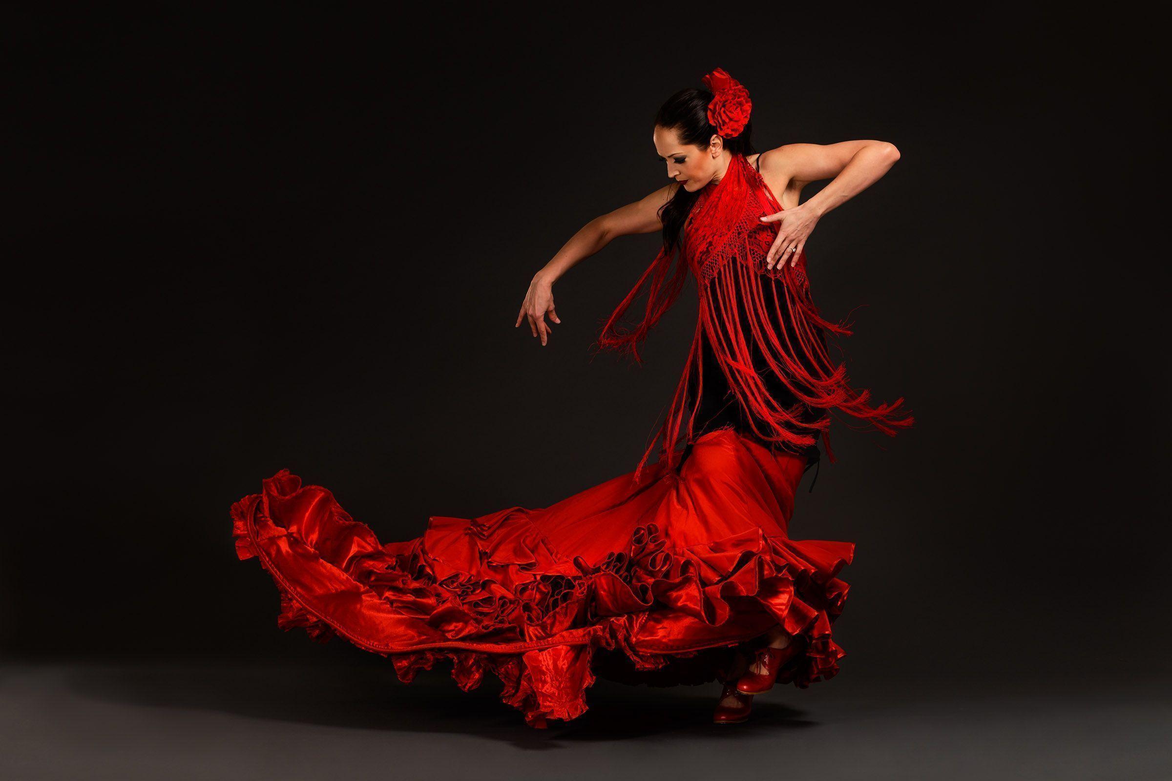 Mujer bailando Flamenco en sevilla para la ruta del flamenco de españa