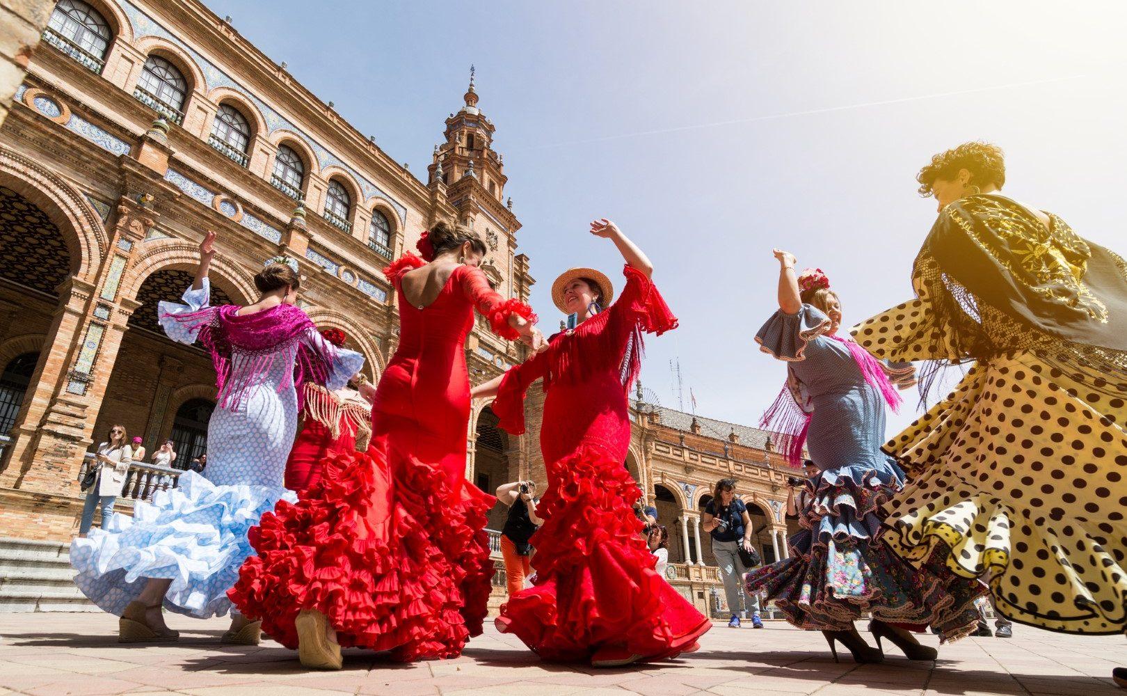 Foto de mujeres bailando Sevillanas en la Plaza de España de la ciudad de Sevilla