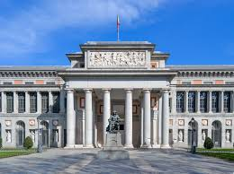 entrada del museo nacional del prado en la ciudad de madrid