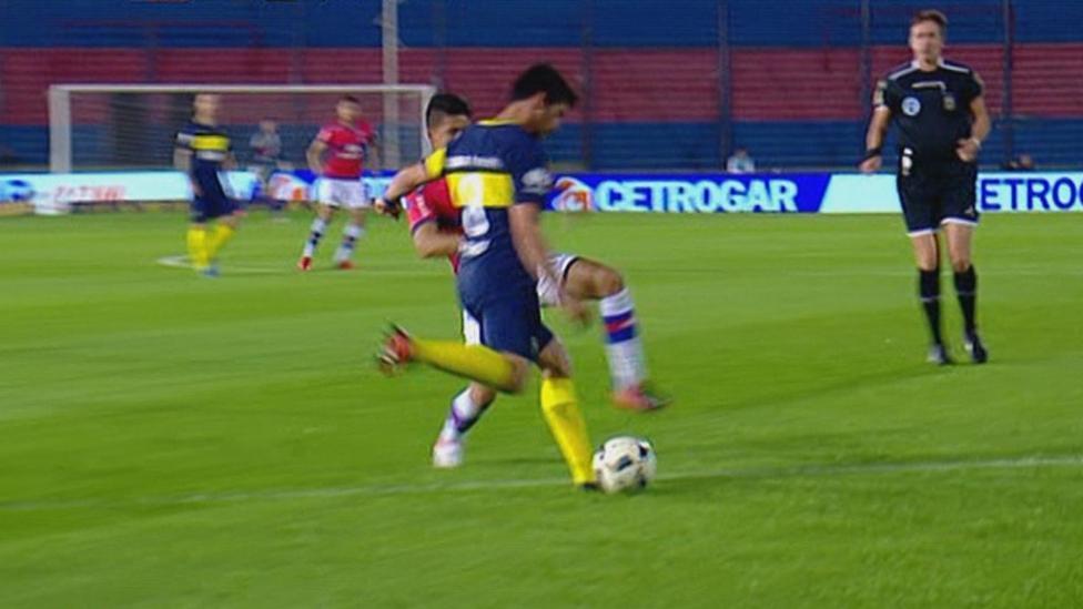 ¿QUÉ HIZO? Pablo Pérez se equivocó y le regaló el gol a Tigre.
