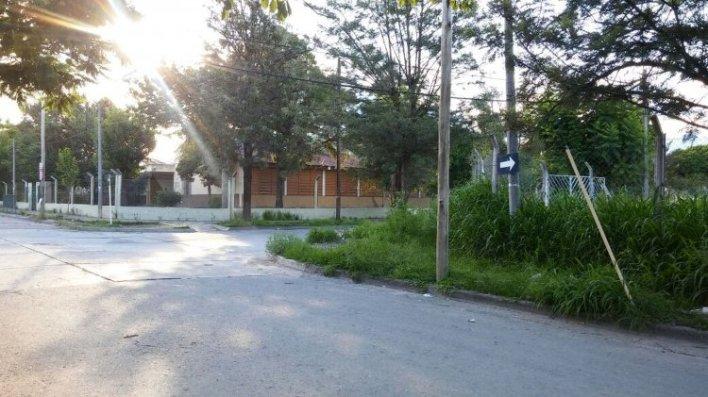 El terreno se encuentra enfrente de una escuela primaria y a pocos metros del Centro de Salud. La Municipalidad deberá tomar cartas en el asunto.