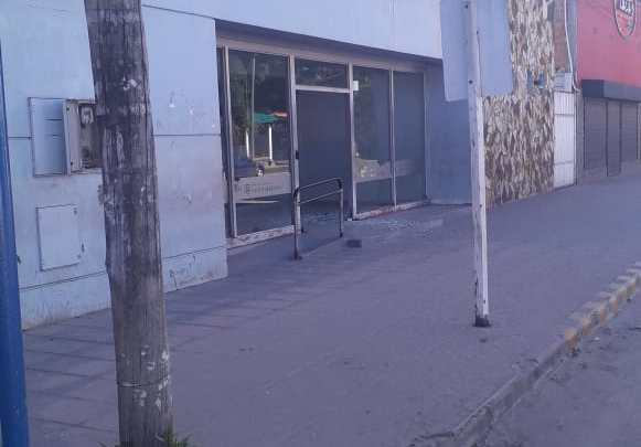Rompieron el vidrio de la puerta de la sucursal del Banco Nación