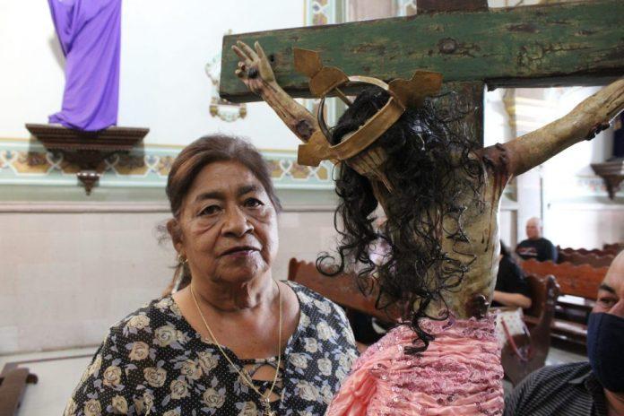 María del Carmen Coracero y el Cristo de la Santísima Trinidad, en San Martín Hidalgo