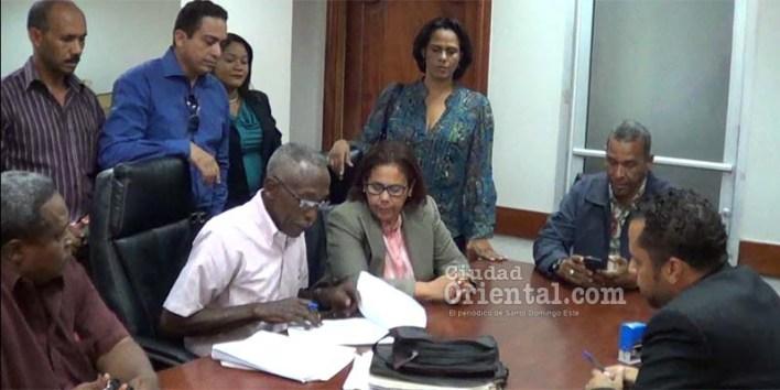 Alguacil notifica demandaen nombre de Manuel Jiménez