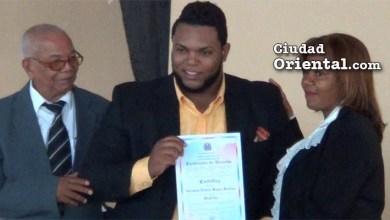 Abraham Reyes recibe su certificado que lo acredita como regidor electo en SDE