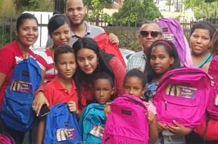 La regidora Crismely Pinales junto a estudiantes con las mochilas que les obsequió