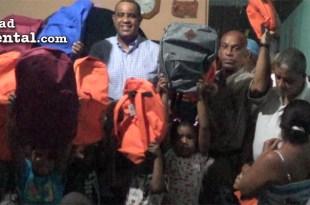 El regidor Danilo mesa junto a los niños y niñas de Los Cocos