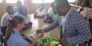 El diputado Domingo Barett entrega útiles escolares