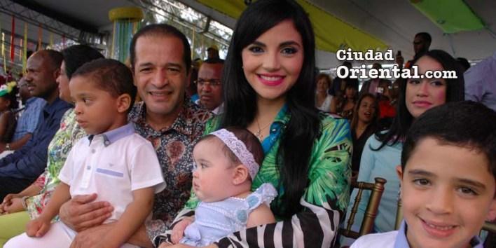 Juancito junto a su familia en el Carnaval de SDE