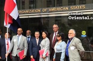 Manuel Jiménez frente a la sede de la OEA, en Washington.